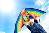 Llittle rapaz voa uma pipa no céu — Foto Stock