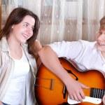 dva teenageři - chlapec a dívka zpívá společně tím kytara — Stock fotografie