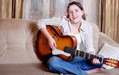 Encantadora chica adolescente juego de guitarra — Foto de Stock