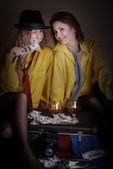 Twee meisjes van de schoonheid in gele man shirts — Stockfoto
