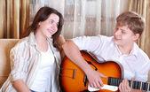 Två tonåringar - pojke och flicka sjunger tillsammans med gitarr — Stockfoto