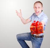 Joven expresivo con caja de regalo — Foto de Stock