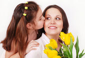 娘のキスの母 — ストック写真