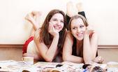 床の上 2 つ十代のガール フレンド — ストック写真
