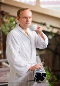Attraktive yong mann morgenkaffee zu trinken — Stockfoto