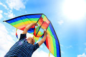 Llittle boy flies a kite in the sky — Stock Photo