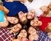 Circle of happy teenagers — Stockfoto