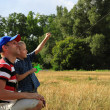 Father and son flies a kite in the sky — Stock Photo