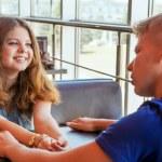 junges Paar im Café sitzen — Stockfoto
