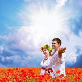 幸福的情侣罂粟字段上 — 图库照片