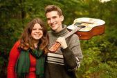 Glückliche Jugendzeit: camping, Gitarre, erste Liebe... — Stockfoto