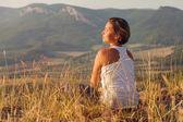 Woman enjoyed with gently shining sunrise — Stock Photo