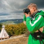Man makes outdoor shots — Stock Photo