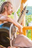 Man playing on sitar — Stock Photo