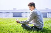Man with laptop  in park — Stock Photo