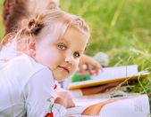 Petites filles en lisant un livre — Photo