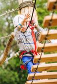 Junge Klettern Strickleiter — Stockfoto