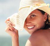 Kadın büyük yaz şapka — Stok fotoğraf