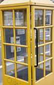 黄色い電話ブース — ストック写真