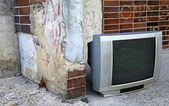 Eski televizyon karşısında düz — Stok fotoğraf