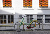 Bike and cheese in town Delft - symbol of Netherlands — Stock Photo