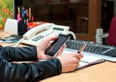 Frau schreibt etwas auf ein weißes Papier. Büroarbeit — Stockfoto