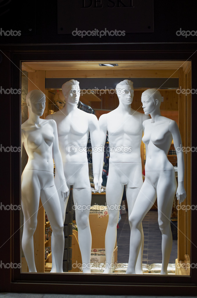 Ski resort France Espace Killy, Val Claret, Tignes and Val d'Isere from November 24 to December 1, 2012, mannequins in anticipation of the start of the season. — Stok fotoğraf #16346131