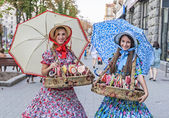 Girls in national costumes sell sweets in Kiev, Ukraine. — Stock Photo
