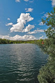 Lake amidst beautiful clouds. — Foto de Stock