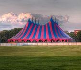 Verde azul circo carpa roja — Foto de Stock