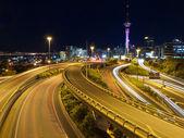 主要な都市に夜のトラフィック — ストック写真