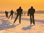 Pattinatori durante il tramonto — Foto Stock
