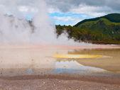 Acqua calda primavera con molti colori — Foto Stock