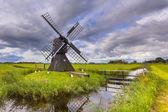 Holländsk väderkvarn av trä — Stockfoto