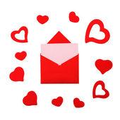 Pembe kart ve kalpleri ile kırmızı kağıt zarf — Stok fotoğraf