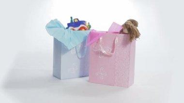 Caixas de presente de menino e menina — Vídeo Stock
