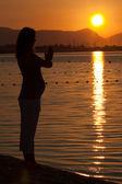 Gravid kvinna utövar yoga — Stockfoto