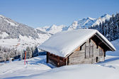 Chalet cubierto por la nieve en los alpes suizos — Foto de Stock