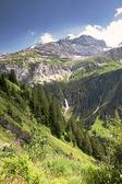 在瑞士的阿尔卑斯山中的瀑布尽头附近传递 — 图库照片