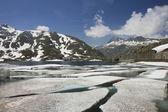 View to lake on the way to Mountain road, Furkapass, Switzerland — Stockfoto
