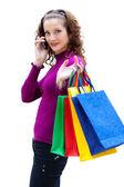 Jonge vrouw met kleur tassen en mobiele telefoon — Stockfoto