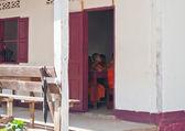 老挝僧人在课堂上的修道院。琅勃拉邦。老挝. — 图库照片