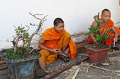 Monje budista trabaja con un cuchillo y madera. luang prabang. laos. — Foto de Stock
