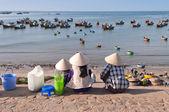 Three women in conical hats in Fishing village. Mui Ne. Vietnam — Stock Photo