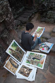 Cambodian young painter at the temple Banteay Kdei temple.Angkor — Stock Photo