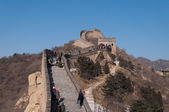 Tourists walkl on the Badaling section of the Great Wall in Beij — Stock Photo