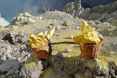 Basket with sulphur on Kawah Ijen Volcano — Stock Photo