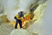 Worker at sulphur mine. Kawah Ijen crater — Stok fotoğraf