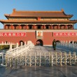 Tienanmen Gate (The Gate of Heavenly Peace) at morning. Beijing — Stock fotografie
