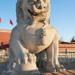 Lion Statue near Tienanmen Gate (The Gate of Heavenly Peace). Be — стоковое фото #39950017